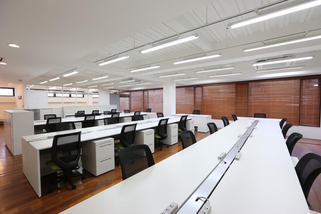 事務所 3本柱強調 会議室シェード開け