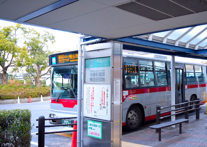 大久保恒産への道順記事における青葉台駅のバス写真