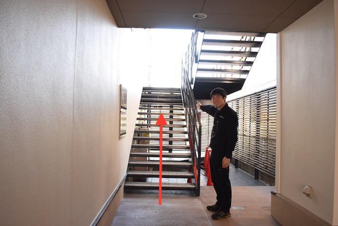 大久保恒産への道順記事における本社の階段の写真