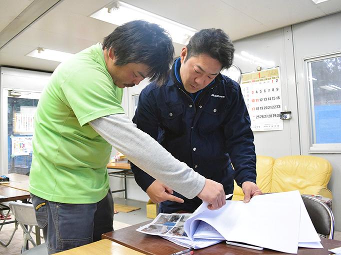 大久保恒産の番頭の仕事紹介記事における小池さんと職人の打ち合わせ写真