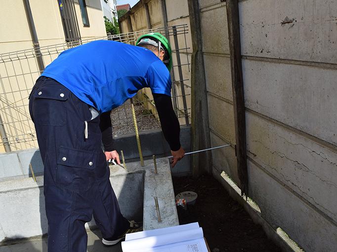 大久保恒産の番頭の仕事紹介記事における小池さんの測量写真