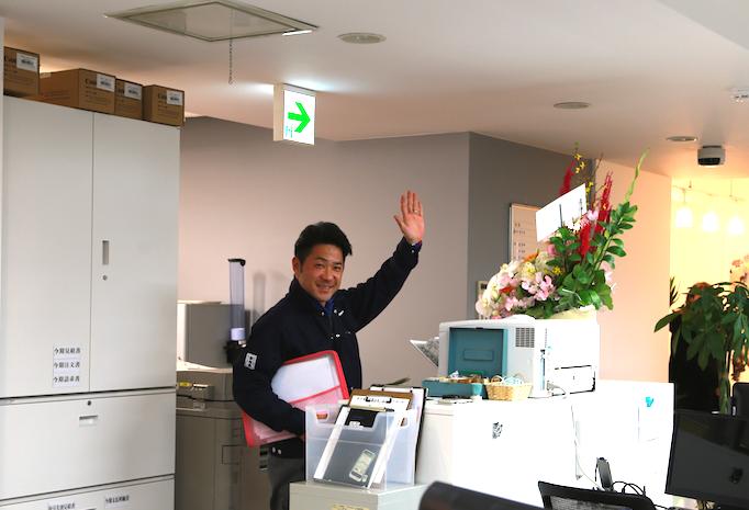 大久保恒産の番頭小池忠彦さんの仕事紹介記事における退社の写真