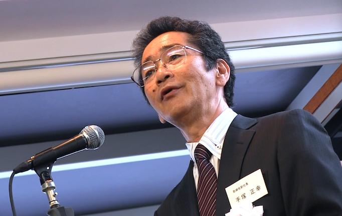 大久保恒産の新社屋お披露目会記事の手塚副社長のスピーチ写真