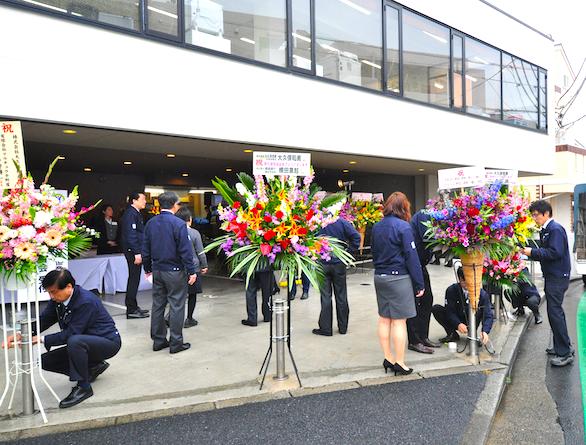 大久保恒産の新社屋お披露目会における新卒社員のお花準備の写真