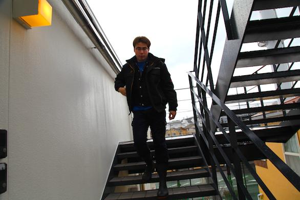 大久保恒産の新社屋お披露目会における新卒社員の階段を降っている写真