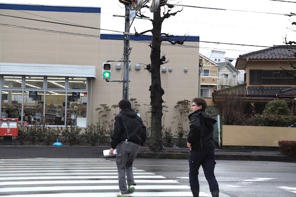 大久保恒産の新社屋お披露目会における新卒社員の外を歩いている写真