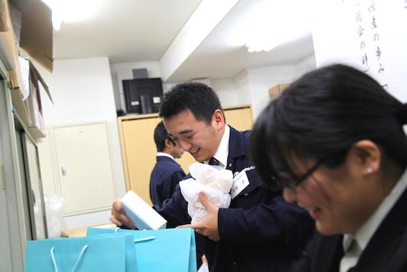 大久保恒産の新社屋お披露目会における新卒社員のお土産用意写真
