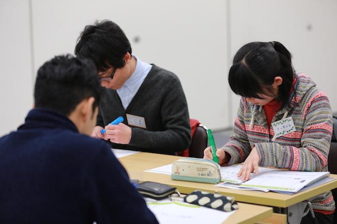 足場職人体感プログラム【HANABI】で参加者の学生がアンケートを書いている写真