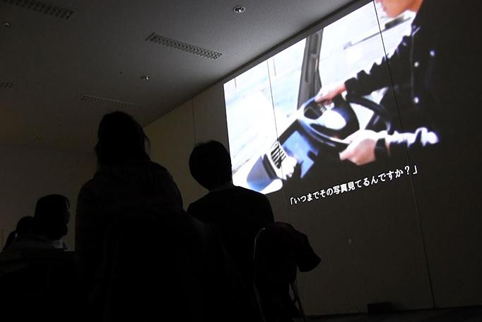 足場職人体感プログラム【HANABI】を参加者の学生が映像を見ている写真