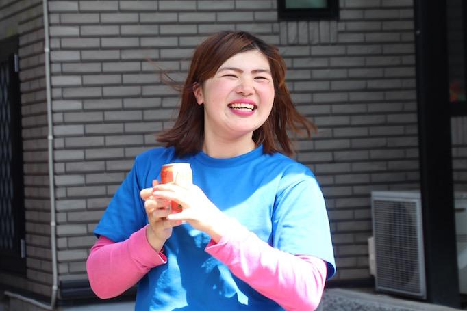 大久保恒産初の女性新卒職人として働く中嶋さんの写真