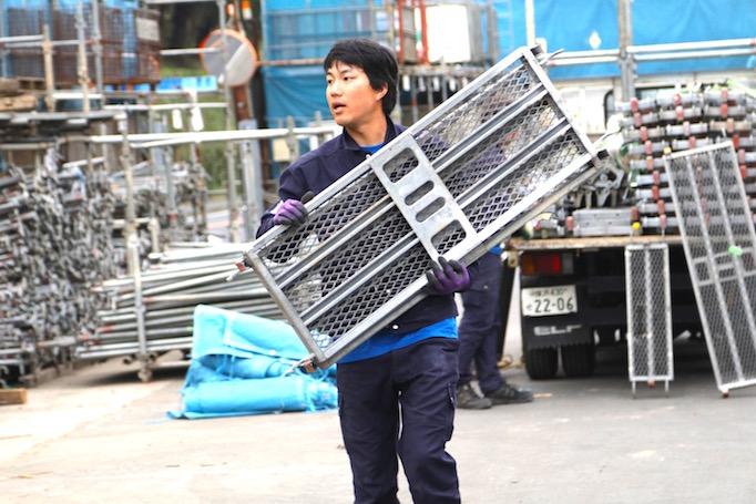 大久保恒産で職人として働く丸田さんの写真