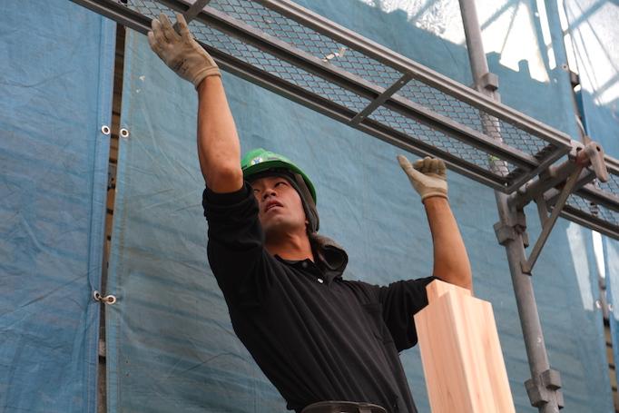 神奈川県青葉区にある足場施工会社 株式会社大久保恒産で足場職人として働く親方 島津さんと職人 吉田さんの写真